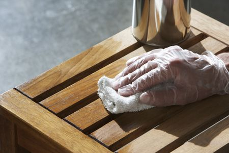 Как обработать сосновую древесину тонирующей пропиткой и лаком